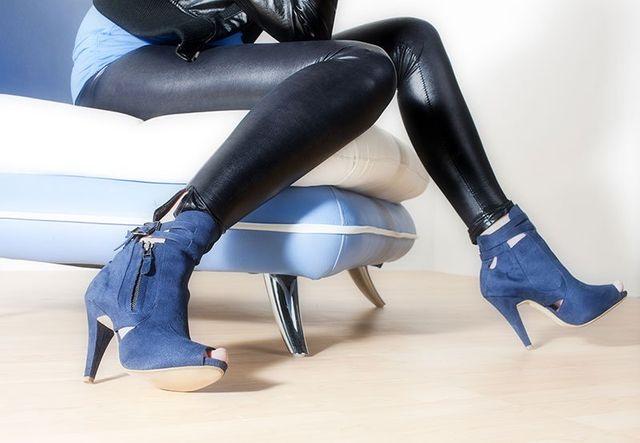 Ragazza con leggings e stivali