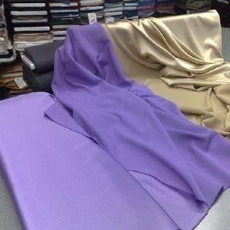 delle stoffe in un negozio dei tessuti