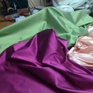 una stoffa di color verde e un'altra di color viola
