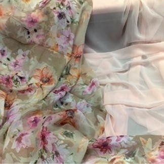 una stoffa con i disegni floreali