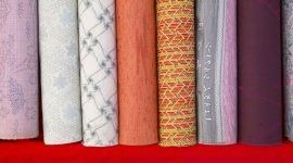 delle stoffe in vari colori con i disegni