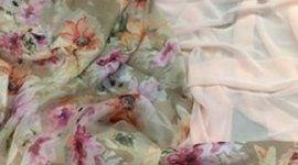 delle stoffe di color azzurro, rosa e grigio
