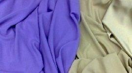 delle stoffe di color viola e avorio