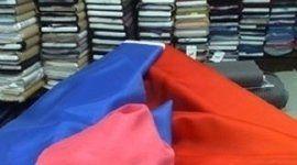 delle stoffe di color blu, arancione e rosa