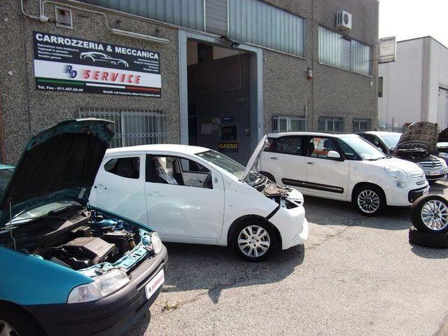 Veduta di auto in riparazione presso il RD Servizio carrozzeria a Nichelino (TO)