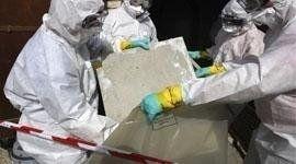 Operatori smaltiscono rifiuti tossici