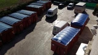 Vista dall'alto di container per rifiuti
