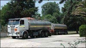 Camion con cisterna per trasporto carburante