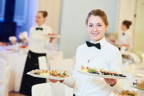 una cameriera con due piatti in mano