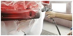 mano di un operaio durante un lavoro di  verniciatura paraurti