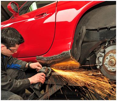meccanico mentre lavora la carrozzeria di un auto