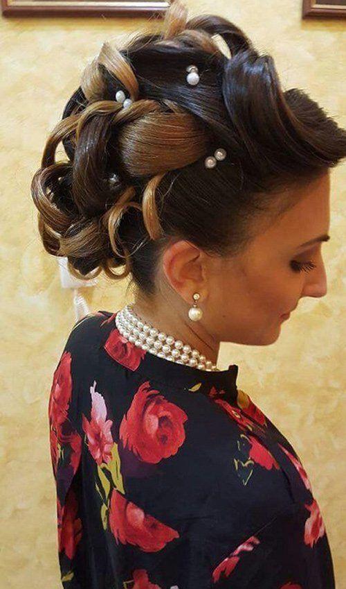 acconciatura capelli raccolti con perle