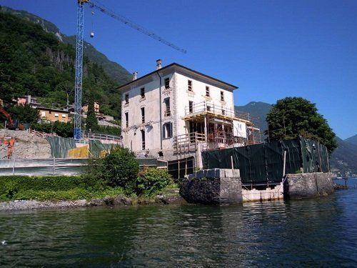 Villa ricostruita, gru accanto