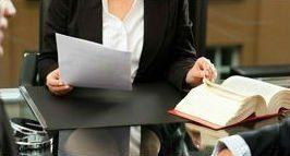 avvocato durante una consulenza