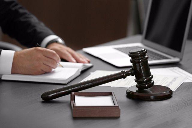 Avvocato prende appunti per un contratto