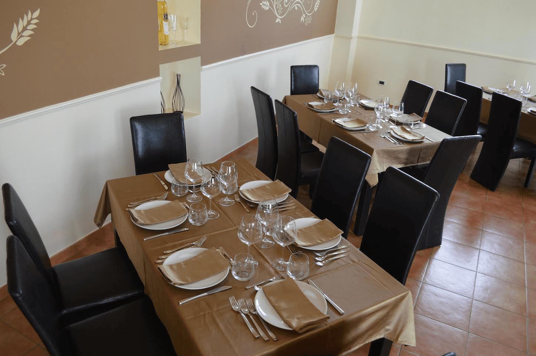 tavolo apparecchiato all'interno di un ristorante