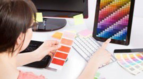 donna lavorando su una scala cromatica di colori