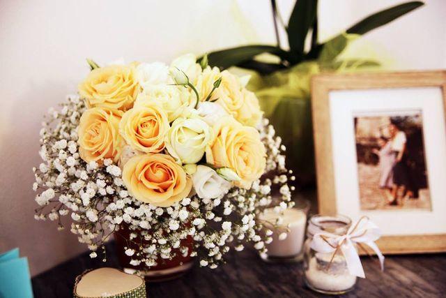 decorazioni nuziali in color verde, bianco su un tavolo con veli fiori,candelabri e vasi a Voghera