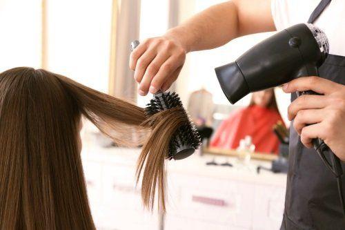 parrucchiere asciuga capelli lunghi