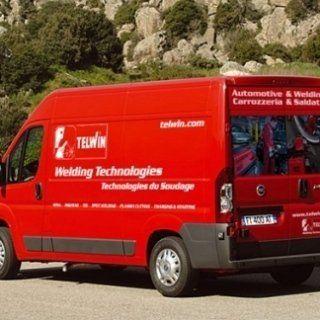 retro di un camion rosso con scritto Welding Techologies