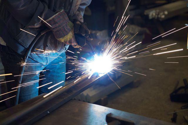 un operaio che sta saldando un pezzo di ferro