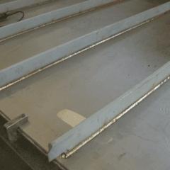 delle assi di ferro di color bianco