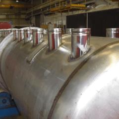 un grosso condotto di color grigio con sopra dei tubi che spuntano dalla parte superiore