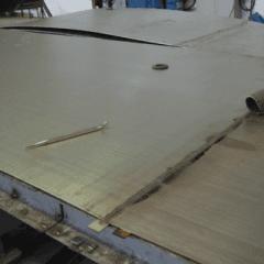 un asse di legno e sopra un oggetto appuntito dorato