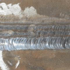 tre tubi in ferro filettati e dietro della terra