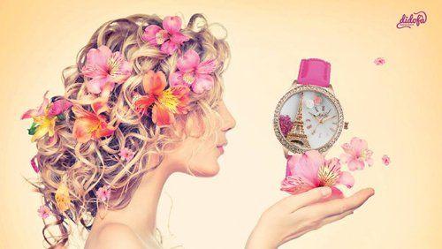 Locandina di una donna con un orologio da polso rosa