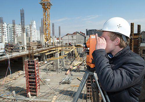 Geometra lavorando in un edificio in costruzione