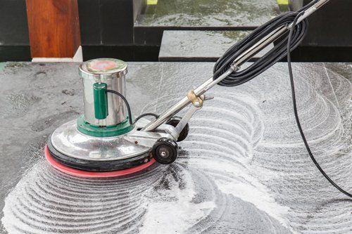 Monospazzola pulisce un pavimento in marmo