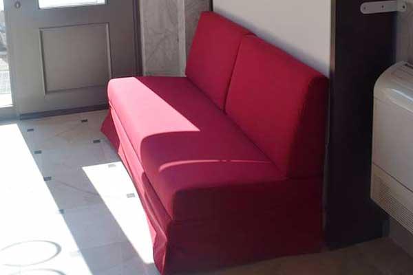 divano rosso a due posti, parte di un letto ripiegabile