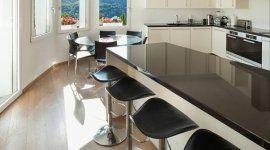 cucina con penisola, piano in marmo nero lucido, vista panoramica, pavimentazione in marmo