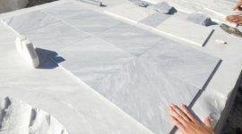 piastrelle di marmo, marmista al lavoro, tavolo in marmo