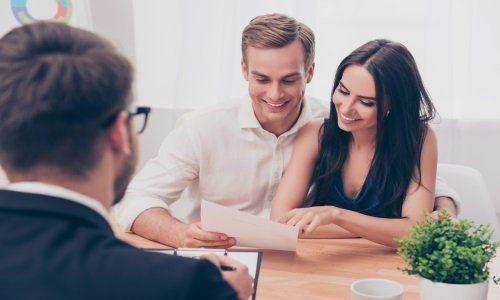 un ragazzo e una ragazza seduti mentre leggono un documento