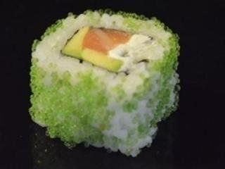sushi al salmone, avocado e wasabi