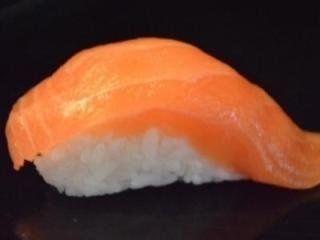 del sushi con salmone