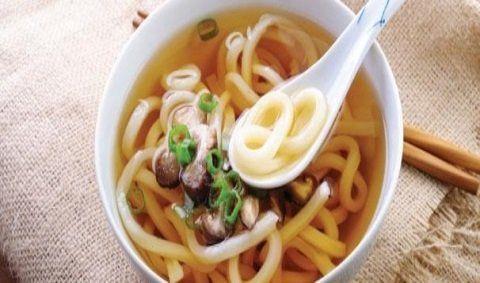 una ciotola di noodles in brodo