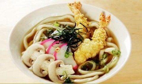 una zuppa con funghi, cipolle e tempura di gamberi