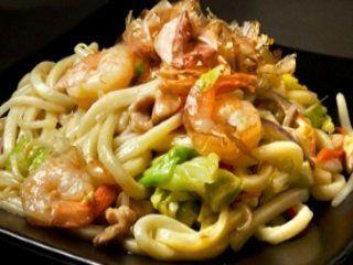 dei noodles con verdure e gamberi