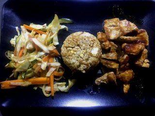 un tortino di riso, della carne e della verdura
