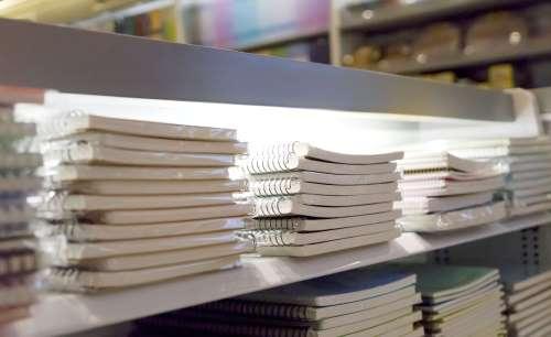 Primo piano di un ripiano piena di carnet per il collegio
