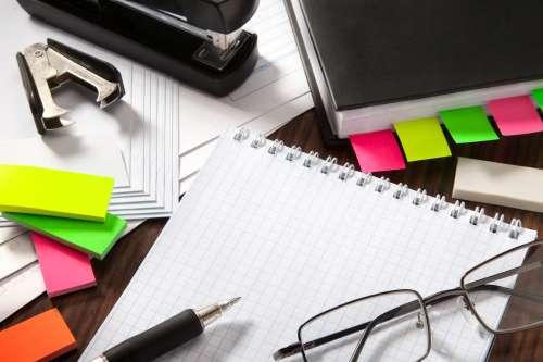 prodotti di cancelleria come penne, matite, gomme, ma anche cartelline, graffette, post-it e buste trasparenti.