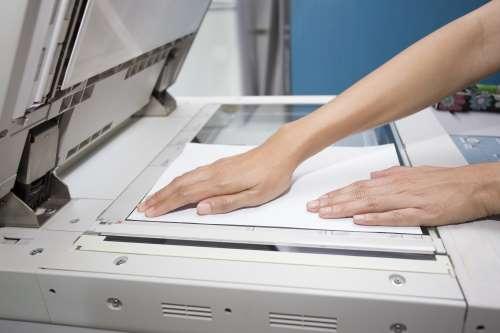 Gli strumenti presenti all'interno del negozio sono utilizzabili per fotocopiare, inviare fax, effettuare rilegature e plastificazioni di materiale cartaceo.