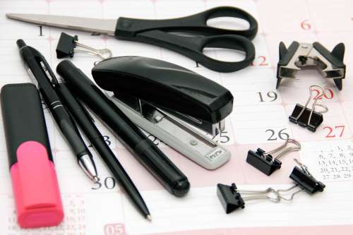 Forbici, cucitrici, matite, penne a sfera, piume, fermagli di carta, ciò di cui ha bisogno per il buon funzionamento del suo ufficio