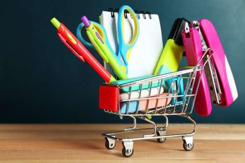 Forbici, classifiche, matite, penne a sfera, cucitrici,... tutto in divertenti colori per godere nel collegio