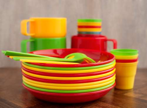 LO SCRIBA si occupa delle vendita di piatti e bicchieri in plastica, tovaglioli, posate e tovagliette.