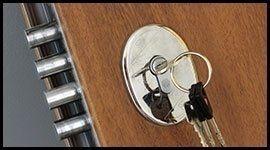 porta in legno con serratura e chiave