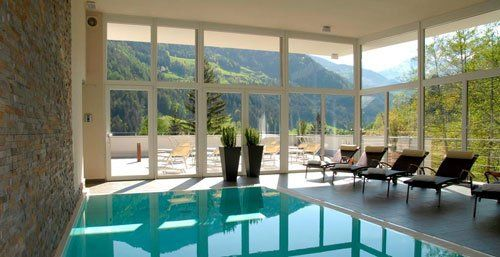 una piscina al coperto